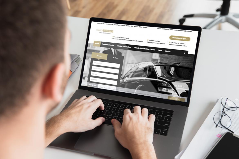 ordinateur sur un site Internet de chauffeur VTC
